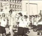 Salaspils Dziedāšanas biedrības 100 gadu jubilejas gājiens. Gājiens gar Latvijas Universitātes Bioloģijas institūtu, 1979.g. 1.sept. (No D. Tobijas fotokolekcijas)